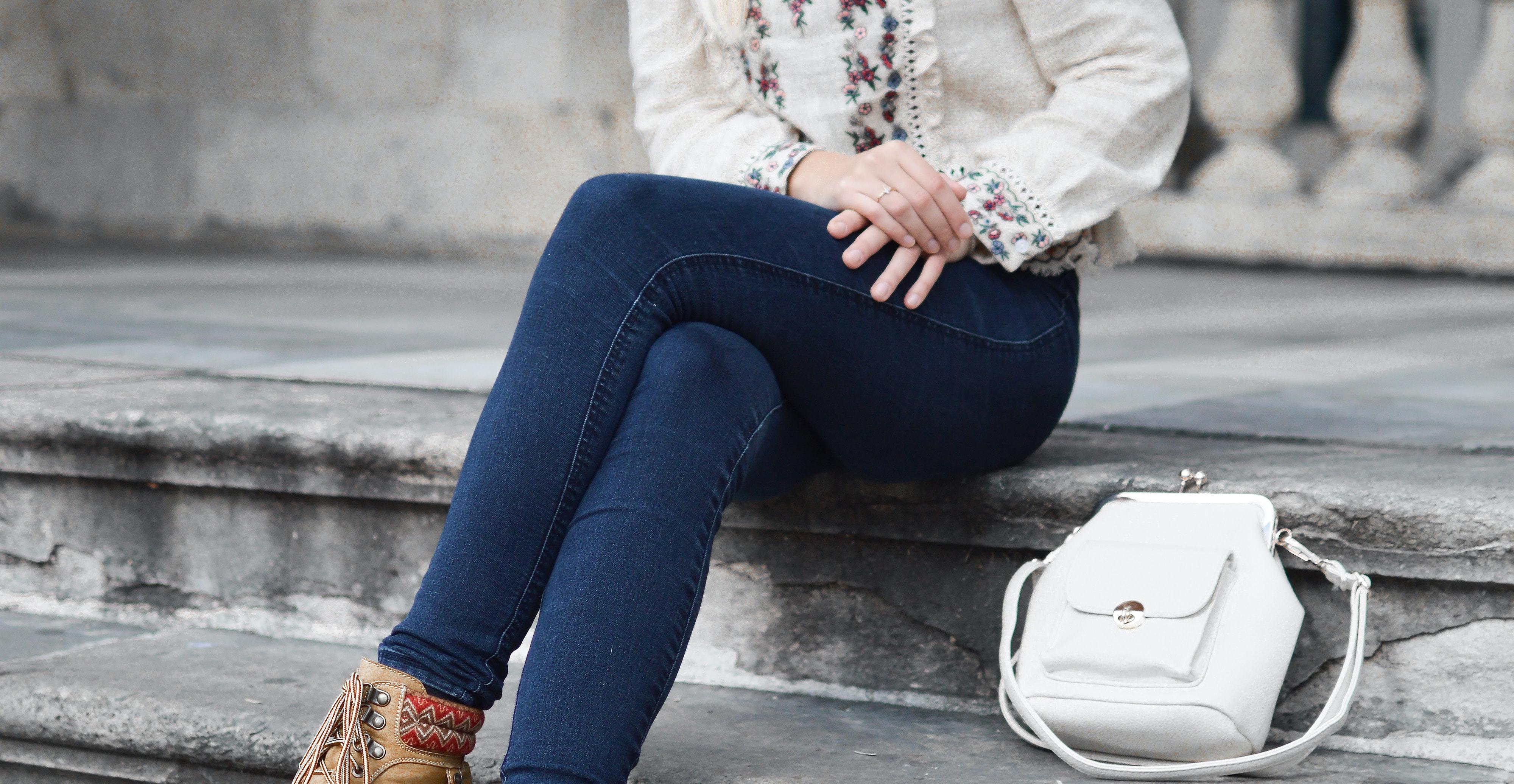 スキニーパンツを履いている女性