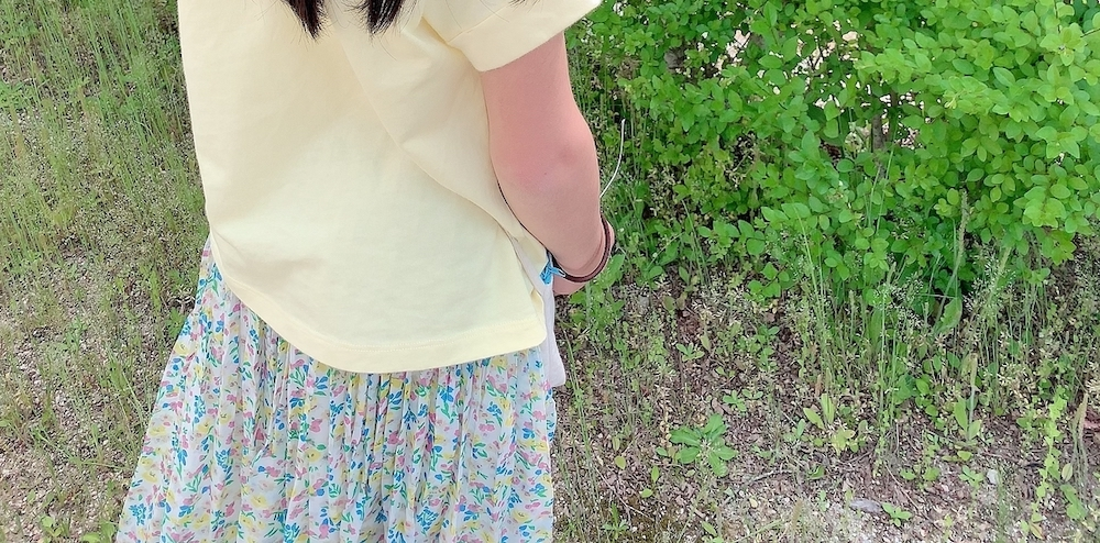 淡いTシャツを着用した女性