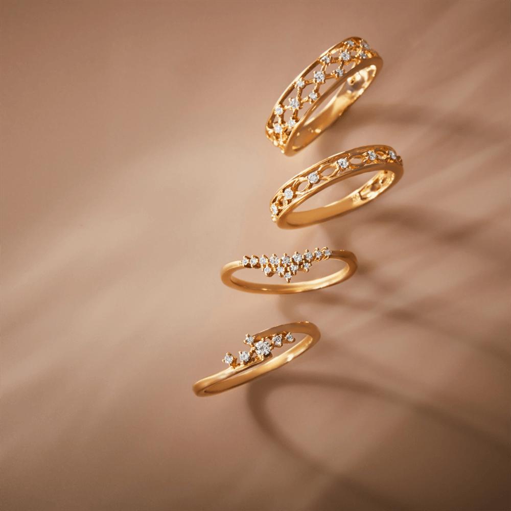 並べられた異なるデザインの指輪