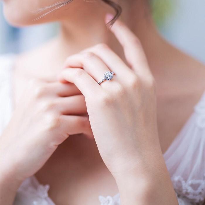 4℃の婚約指輪を身に着ける女性