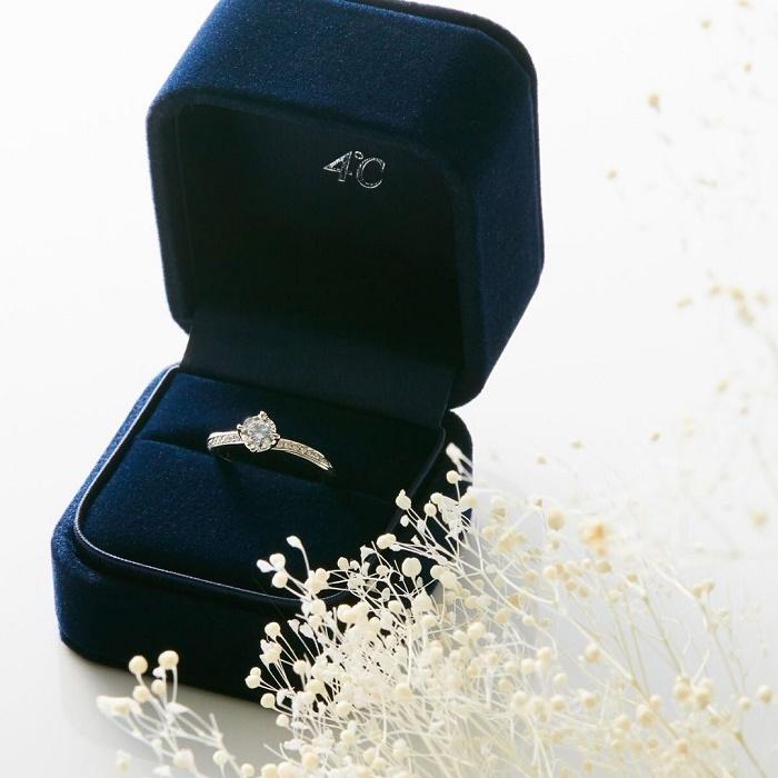 専用の箱に入った4℃の婚約指輪