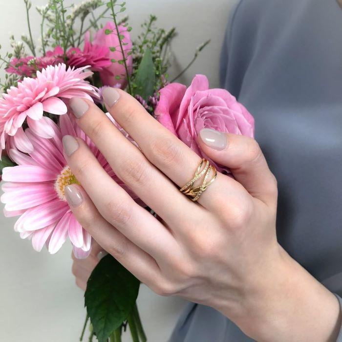 4℃のリングとピンクの花