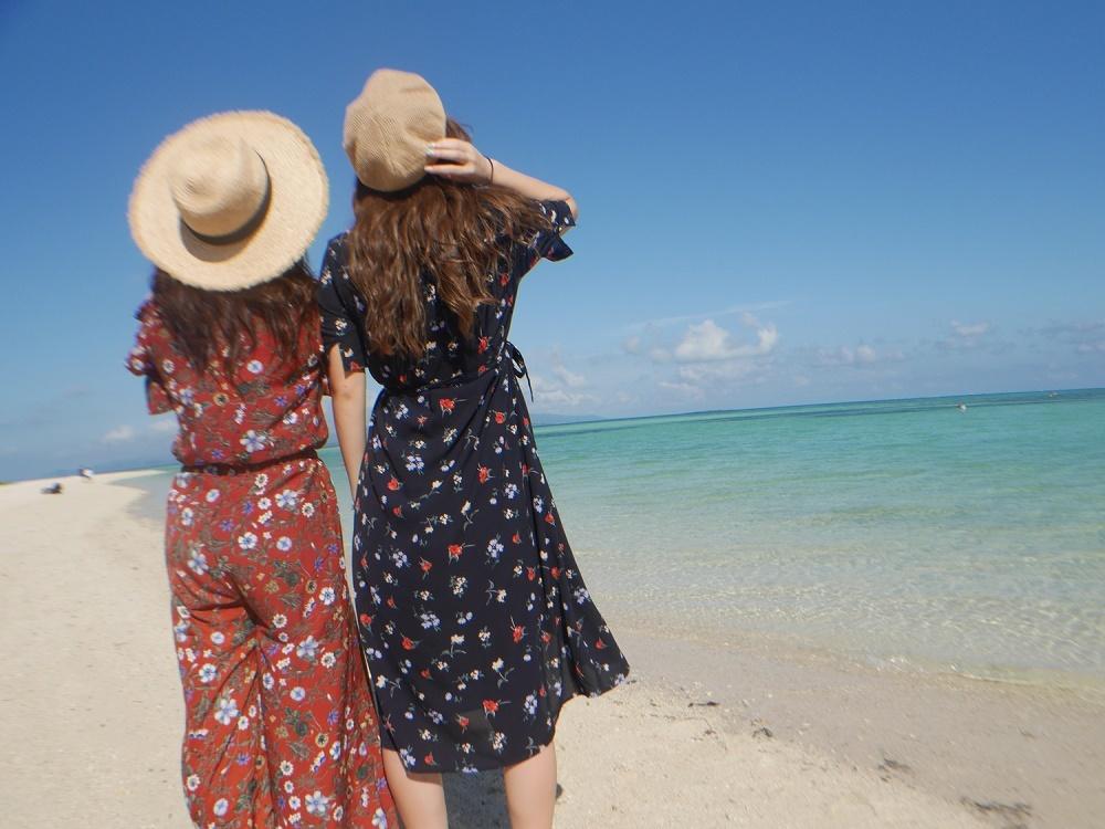 海を眺める女性たち