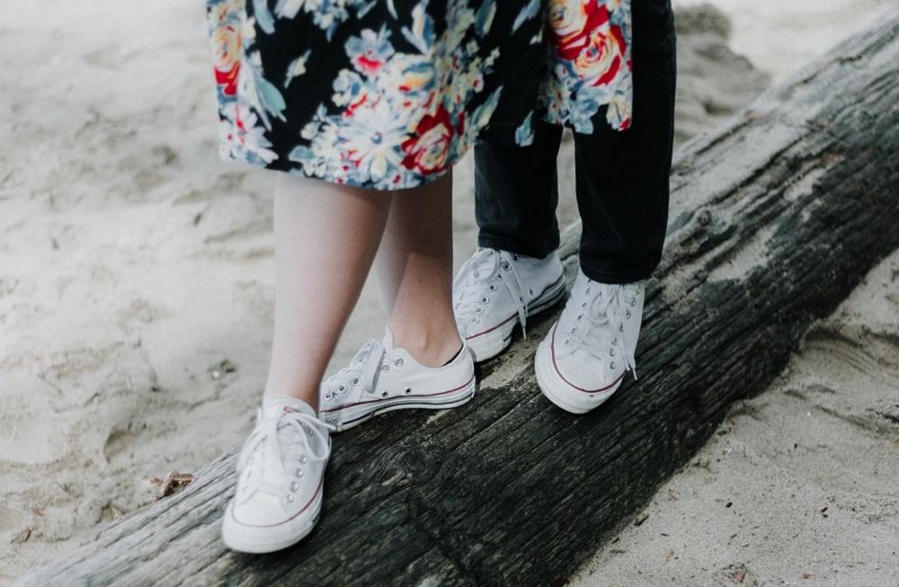 白いスニーカーを履く男女