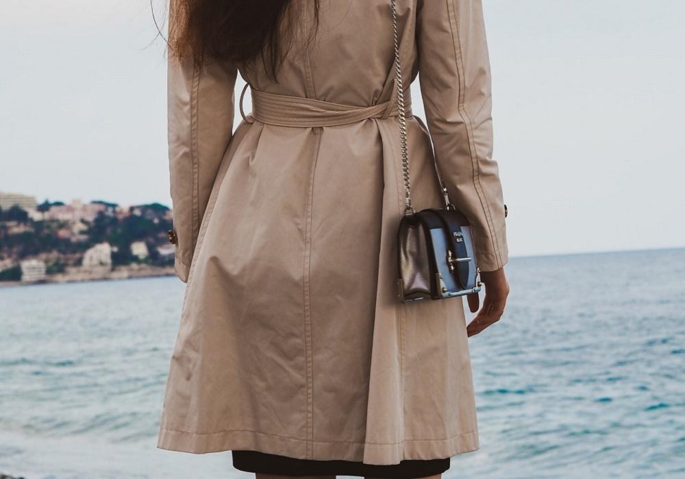 トレンチコートを着用している女性