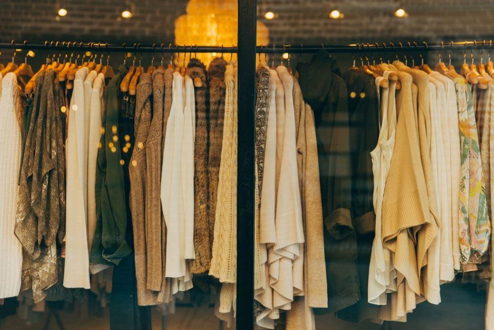 ハンガーにかけて並べられた洋服