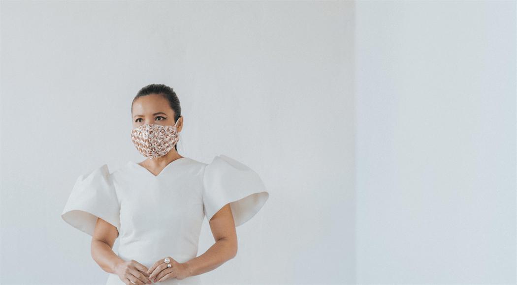 ドレスにマスク姿の女性