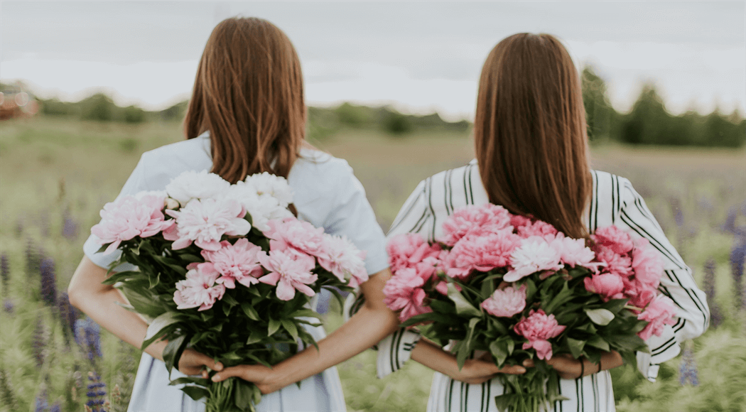 花を持った女性二人