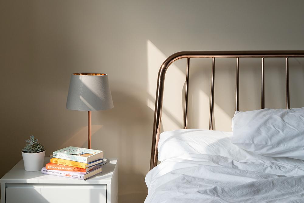 本とベッド