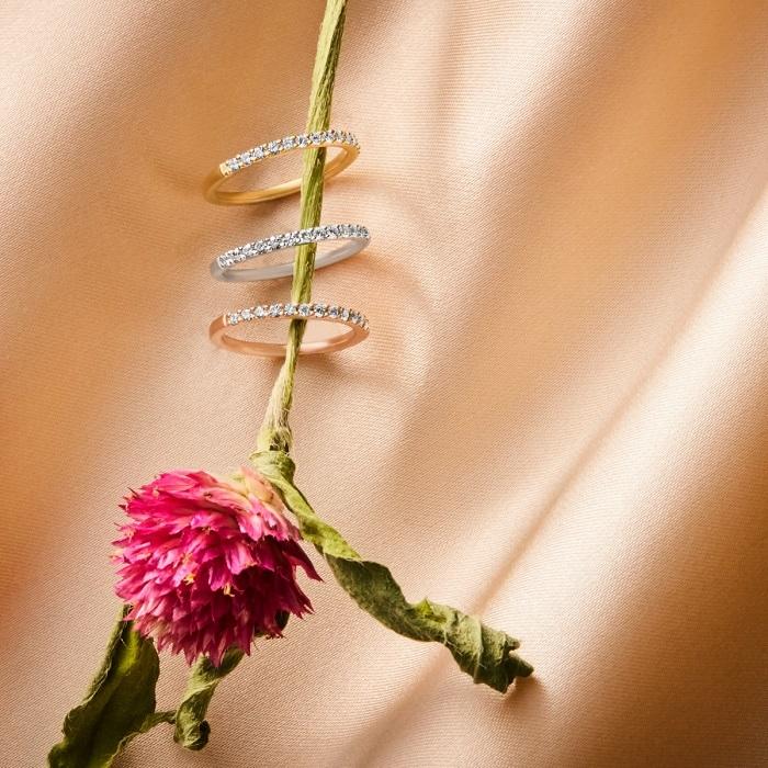 花に通された4℃のリング