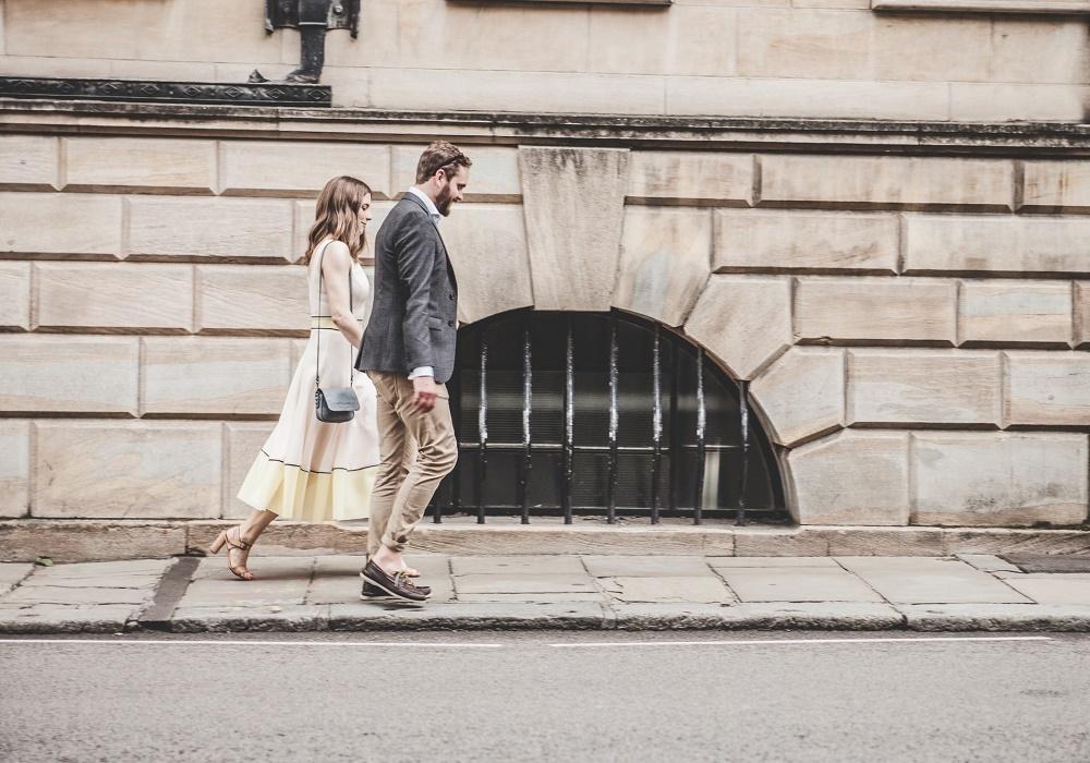 結婚の挨拶に向かうカップル