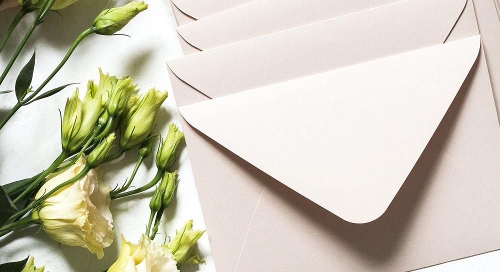 招待状の封筒と花