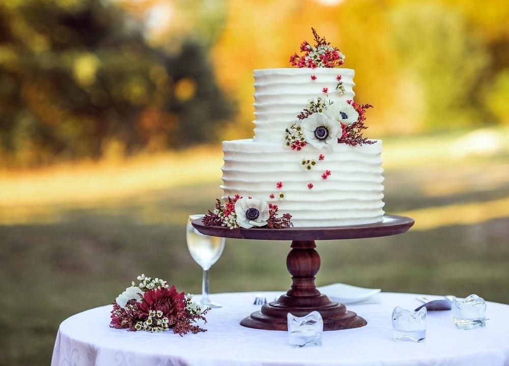 テーブルの上に置かれたウエディングケーキ