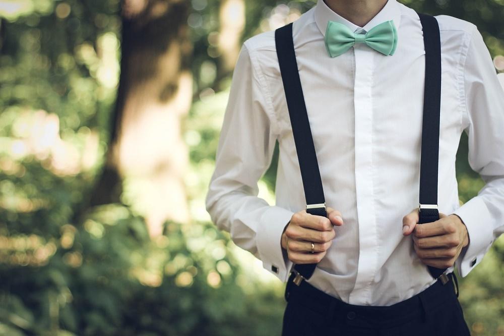 結婚式の準備に張り切る男性