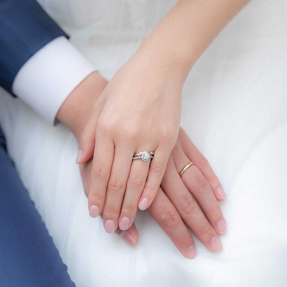 4℃の婚約指輪と結婚指輪を重ね着けする女性