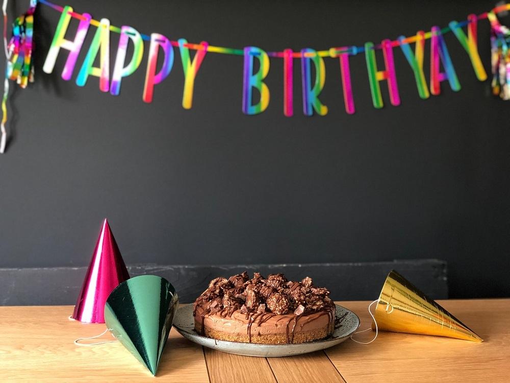 誕生日の飾り付けとケーキ