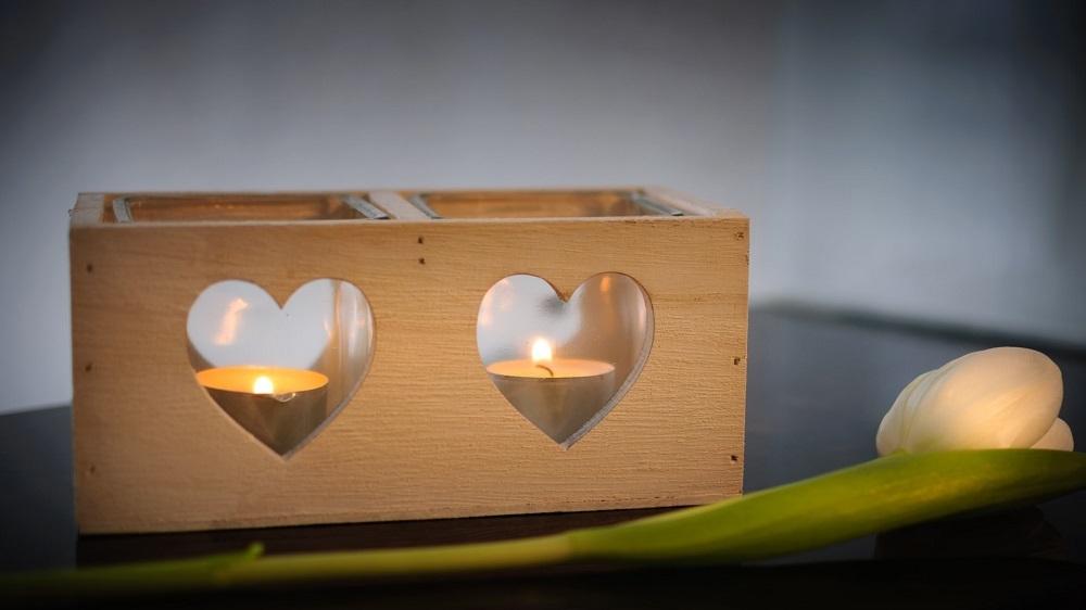 木箱の中で灯っているキャンドル