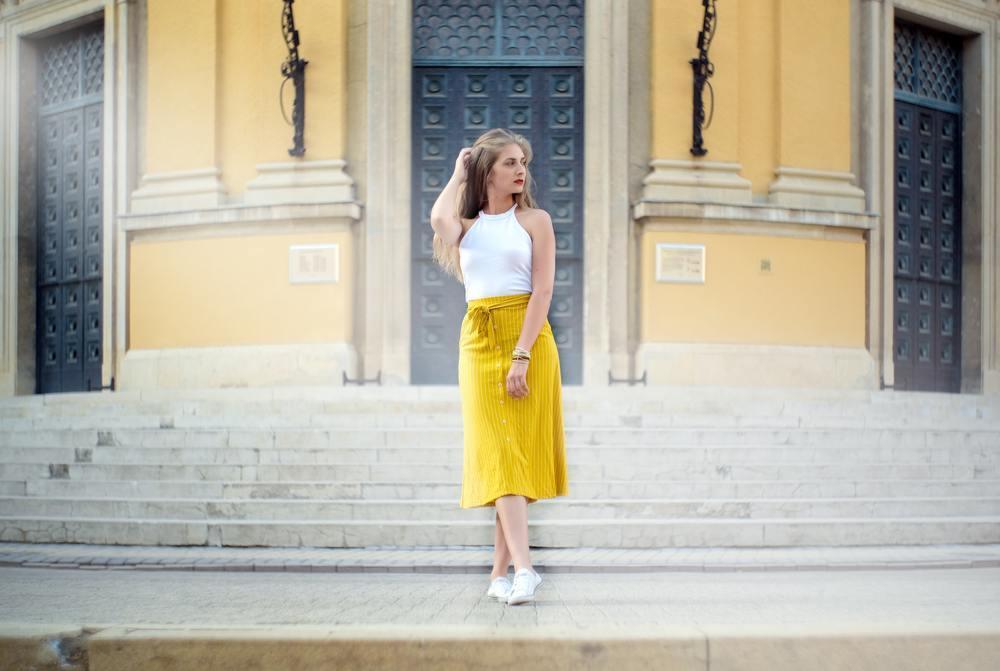 黄色のスカートを穿く女性