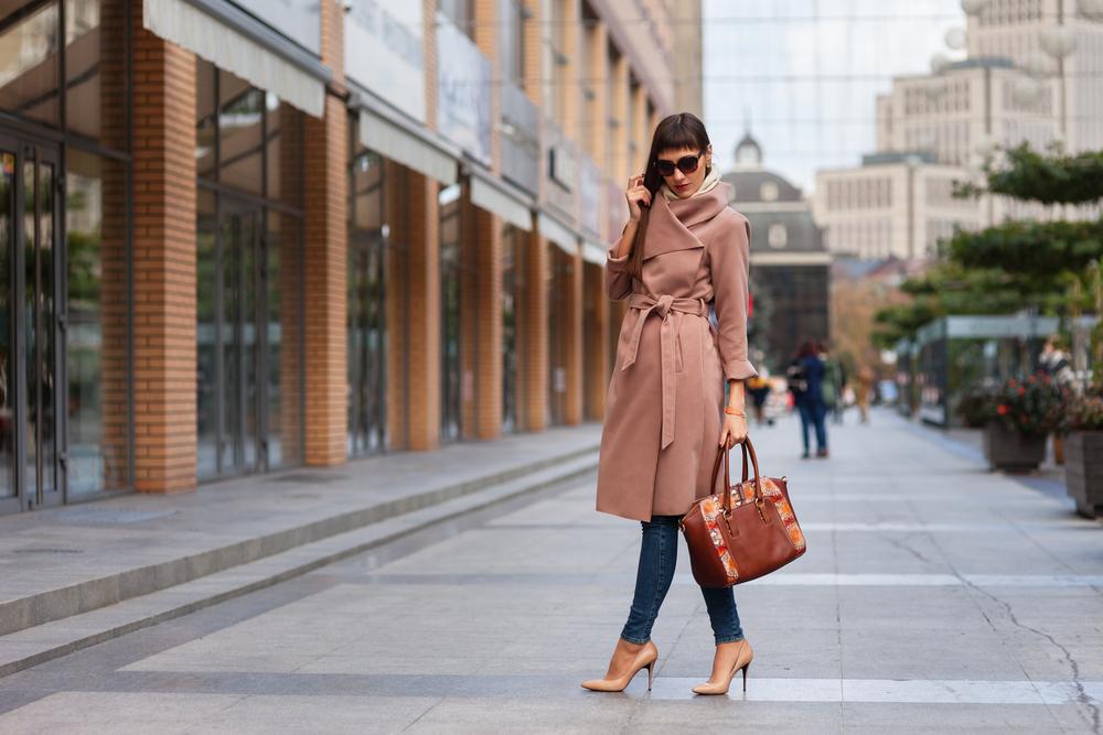 ハイネックコートを着ている女性
