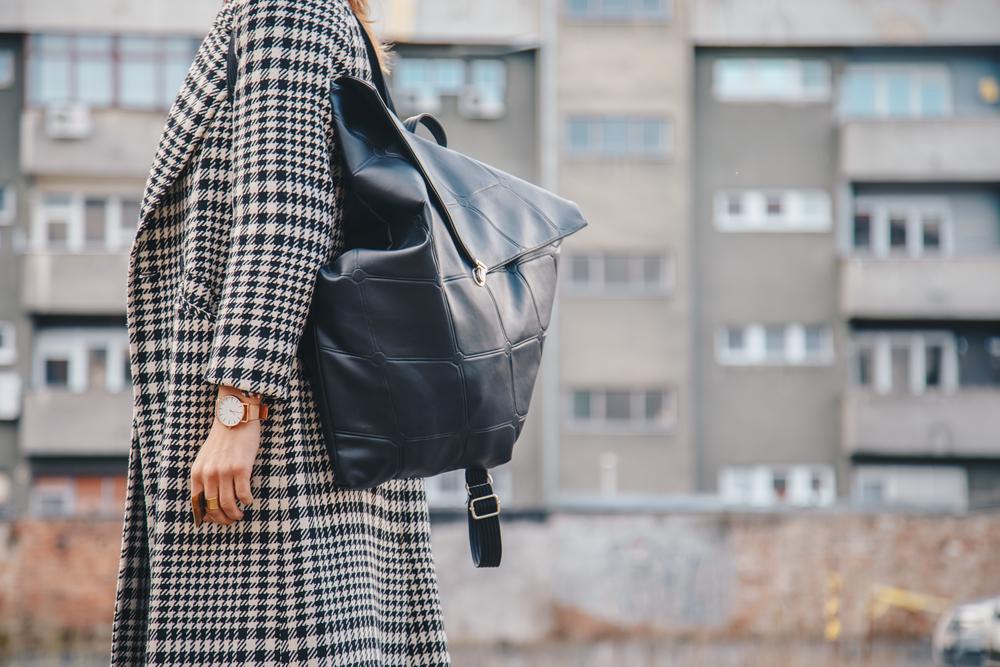 グレンチェック柄のコートを着ている女性