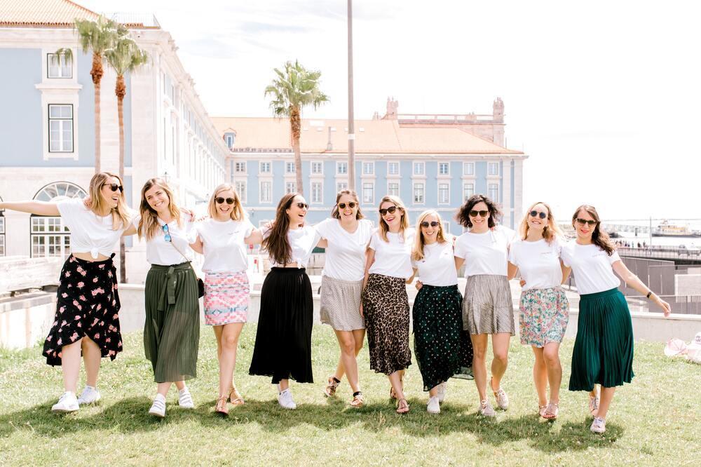 Tシャツとスカートスタイルの女性たち