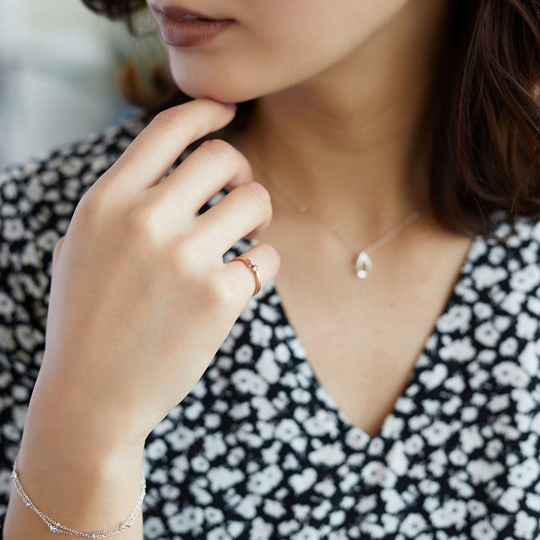 4℃の指輪とネックレスを着ける女性