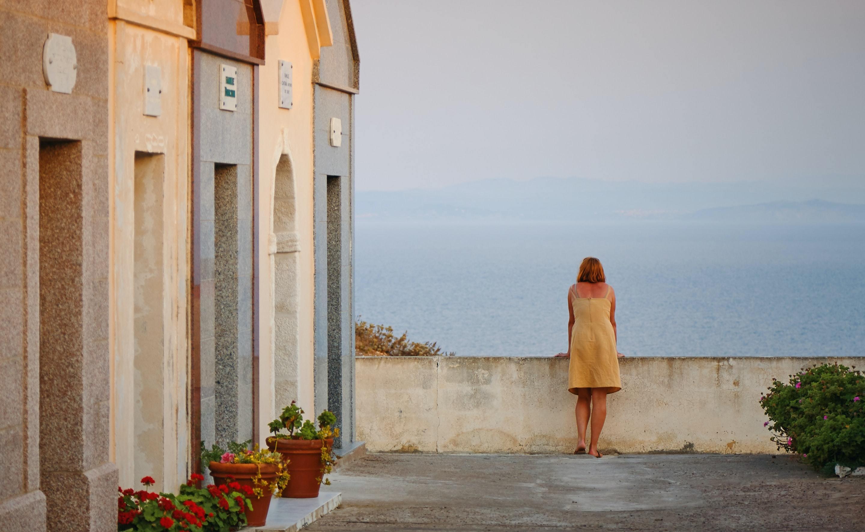 海を見て考える女性