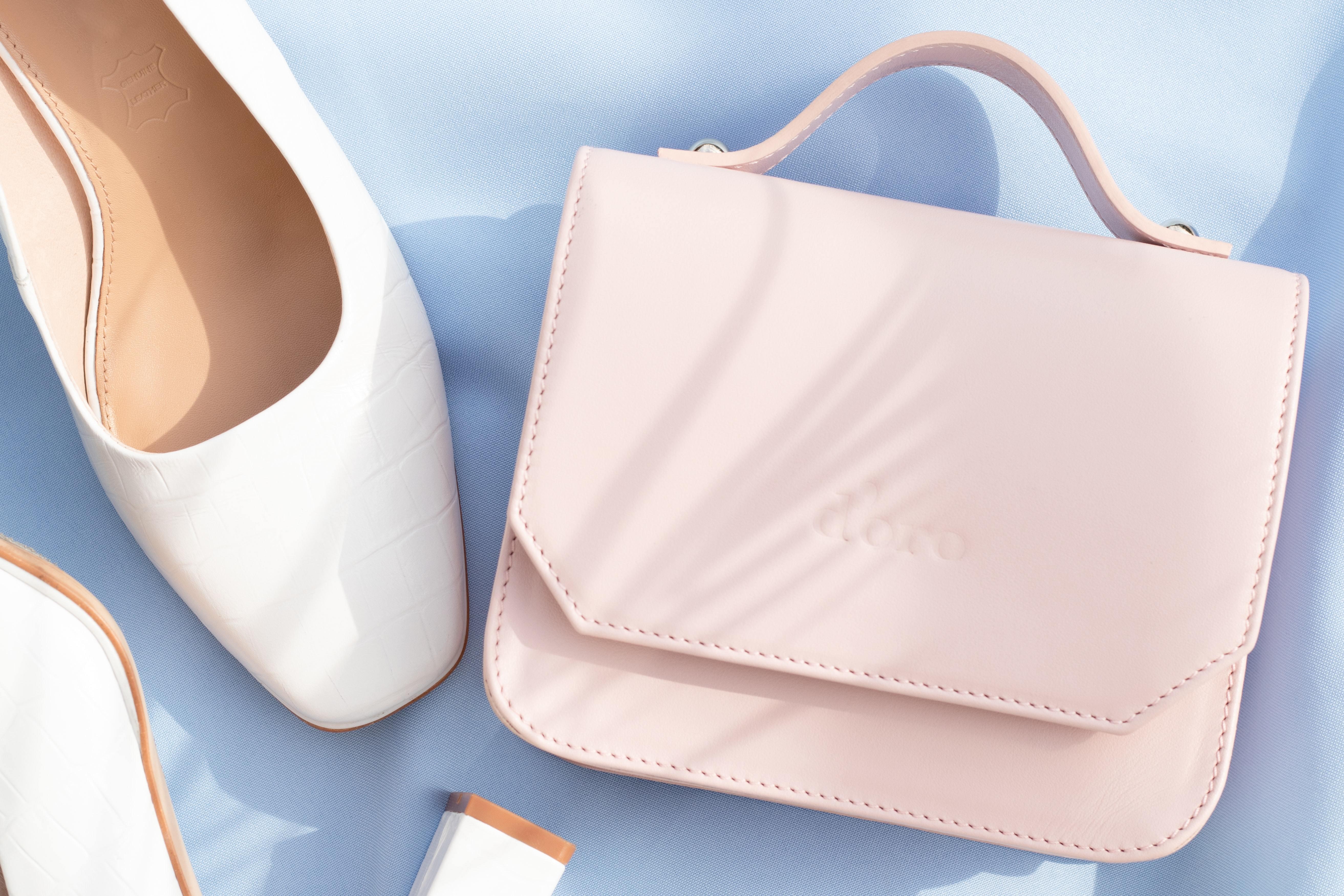 ピンクのバッグとホワイトの靴