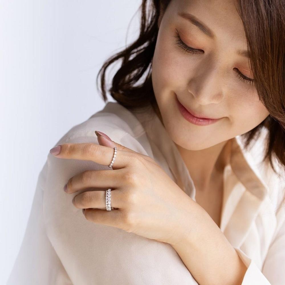 4℃のアニバーサリーダイヤモンドリングを着ける女性