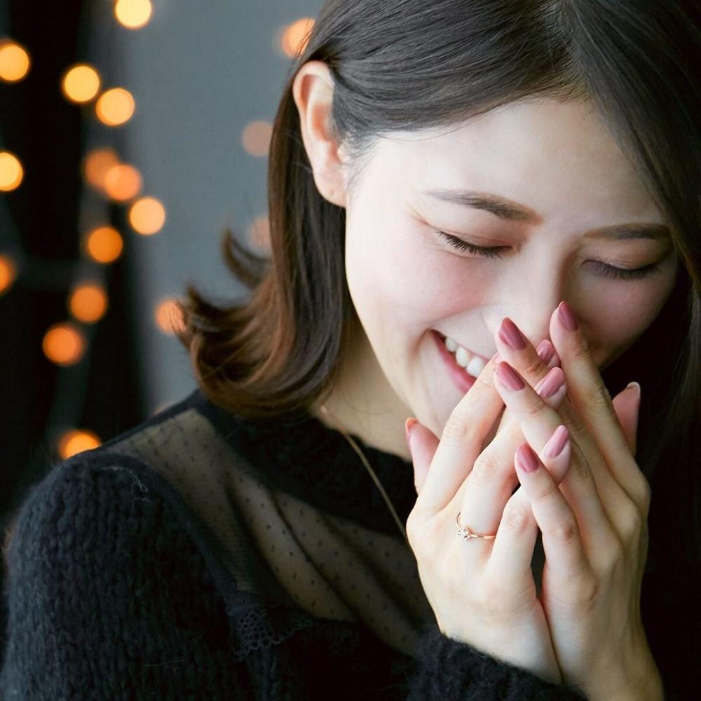 4℃のダイヤモンドリングを着ける女性