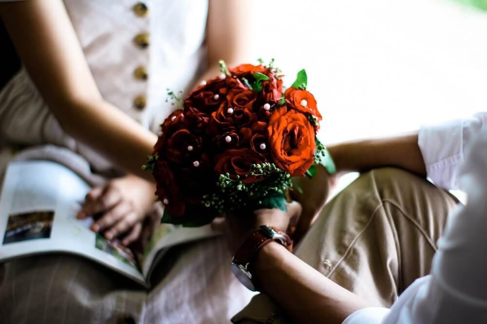 花束をプレゼントする男性