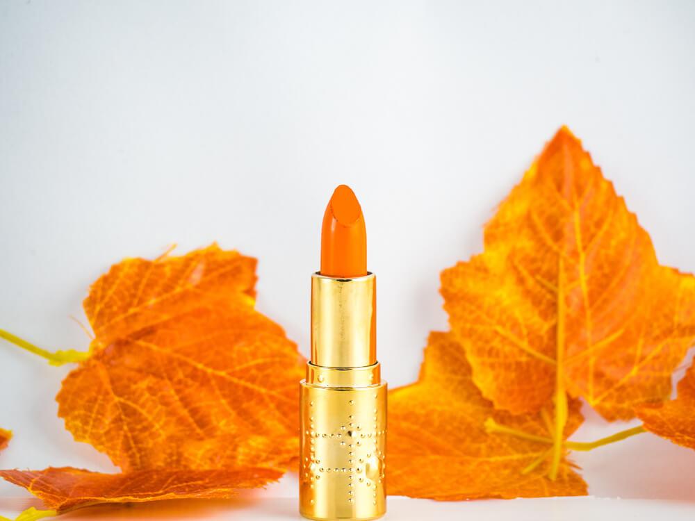 オレンジのリップと紅葉した葉