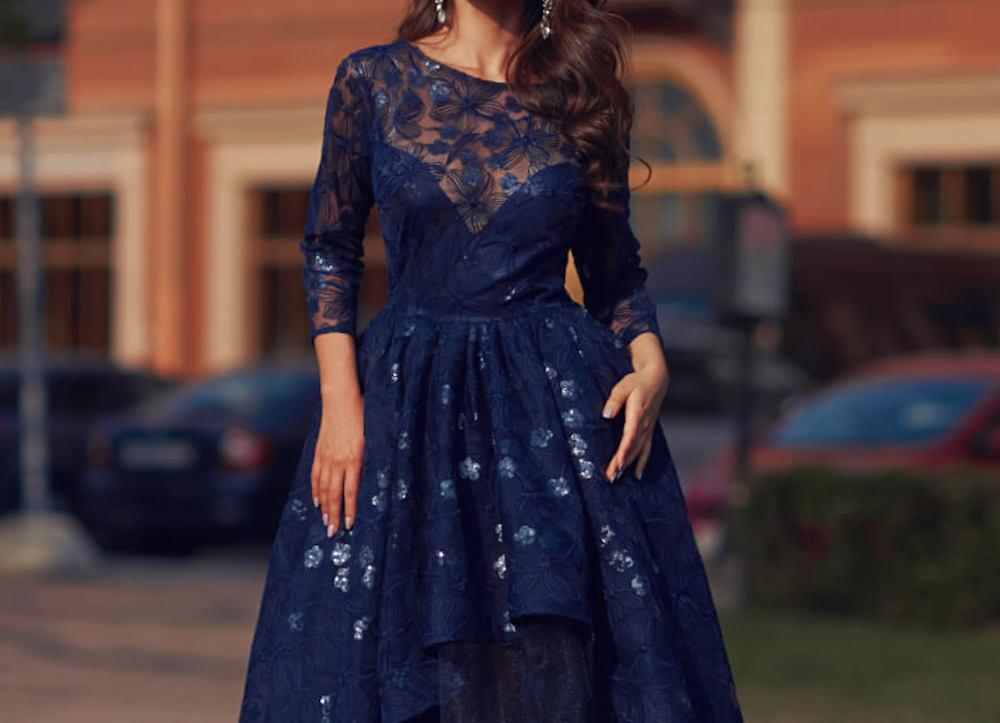 青いレースのワンピースを着た女性