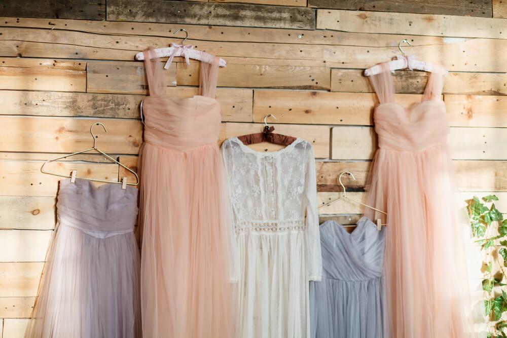 壁にかかっているドレス
