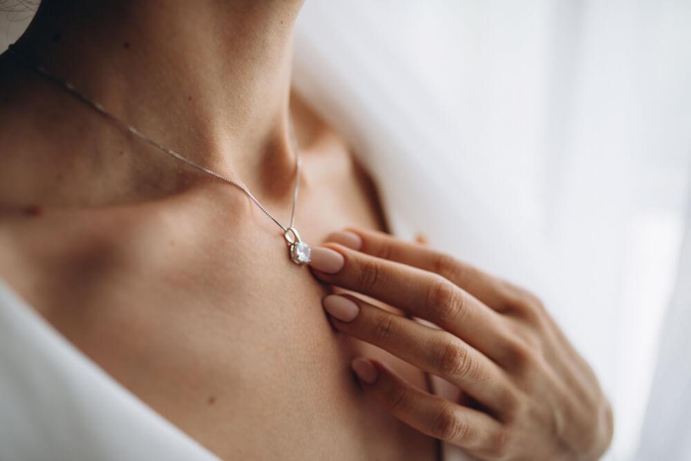 ダイヤモンドネックレスを着けた女性