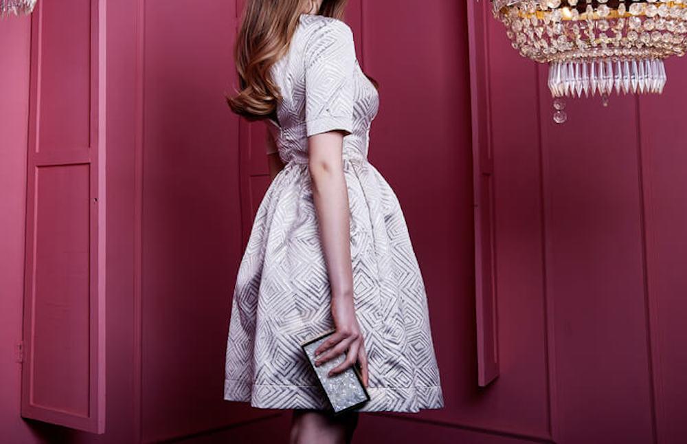 光沢のあるドレスを着た女性