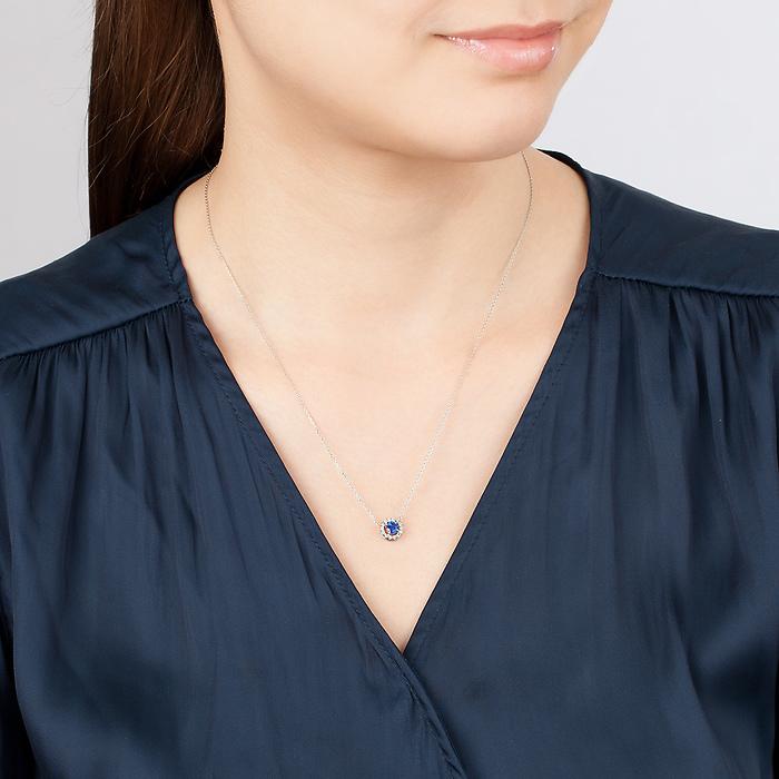 4℃サファイアのプラチナネックレスを身に着けている女性
