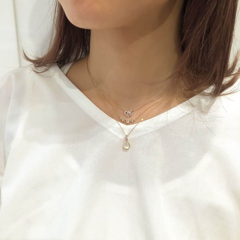 4℃のご褒美ダイヤモンドネックレスを身に着けた女性
