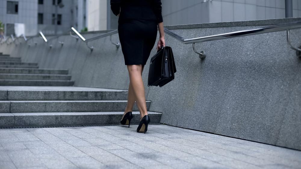 ビジネスバッグを持ち運ぶ女性