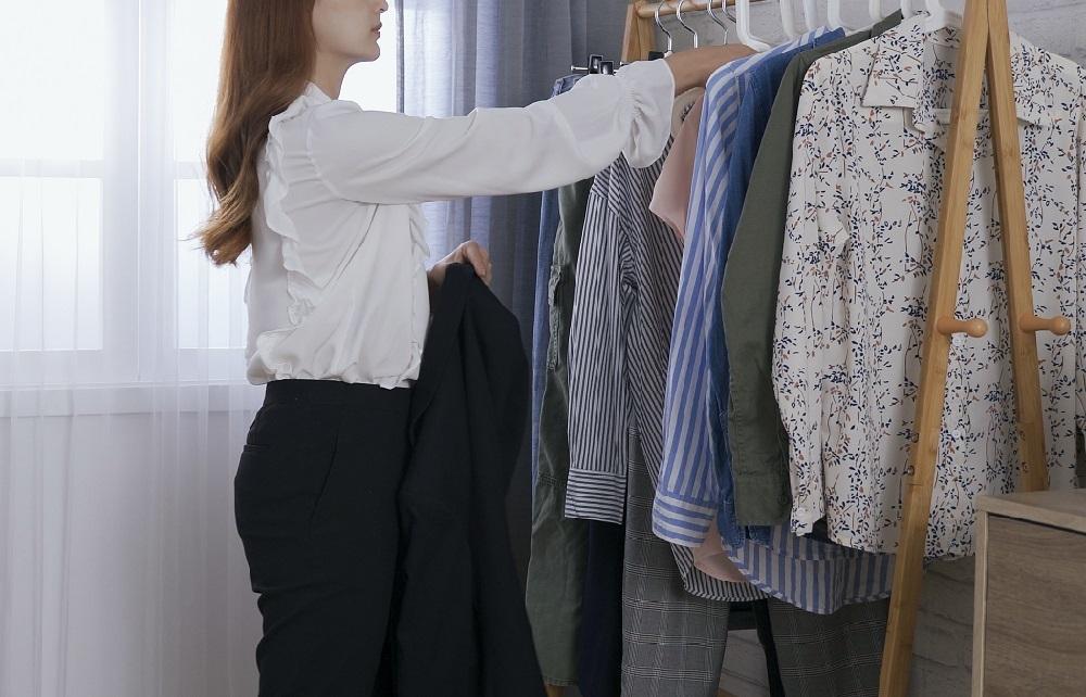 面接時の服装を選ぶ女性