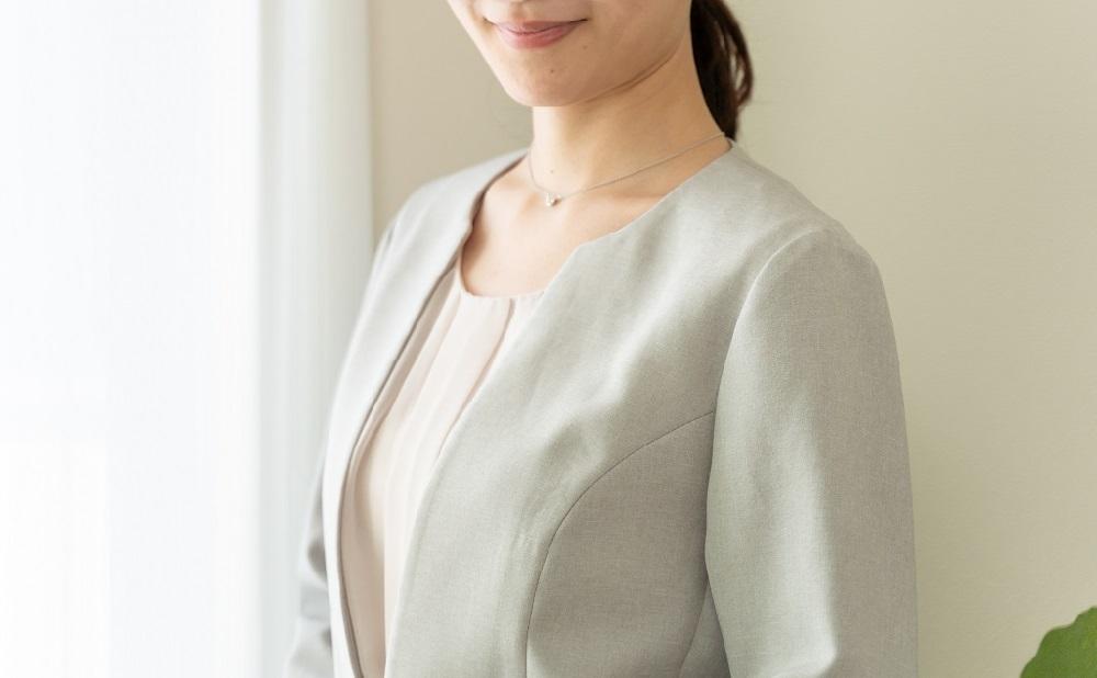 オフィスカジュアルの服装の女性
