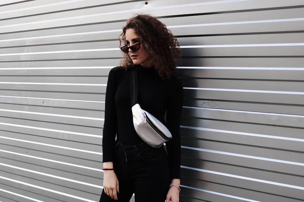 白のバッグをかけた女性