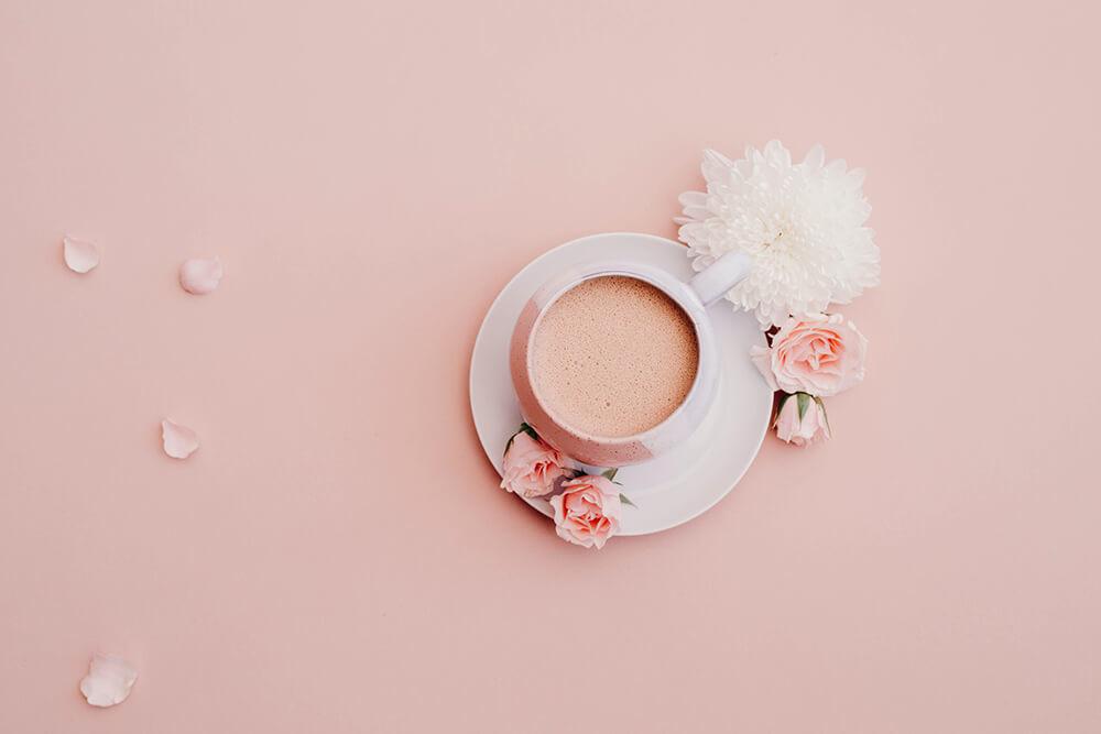 くすみピンクの背景とコーヒー