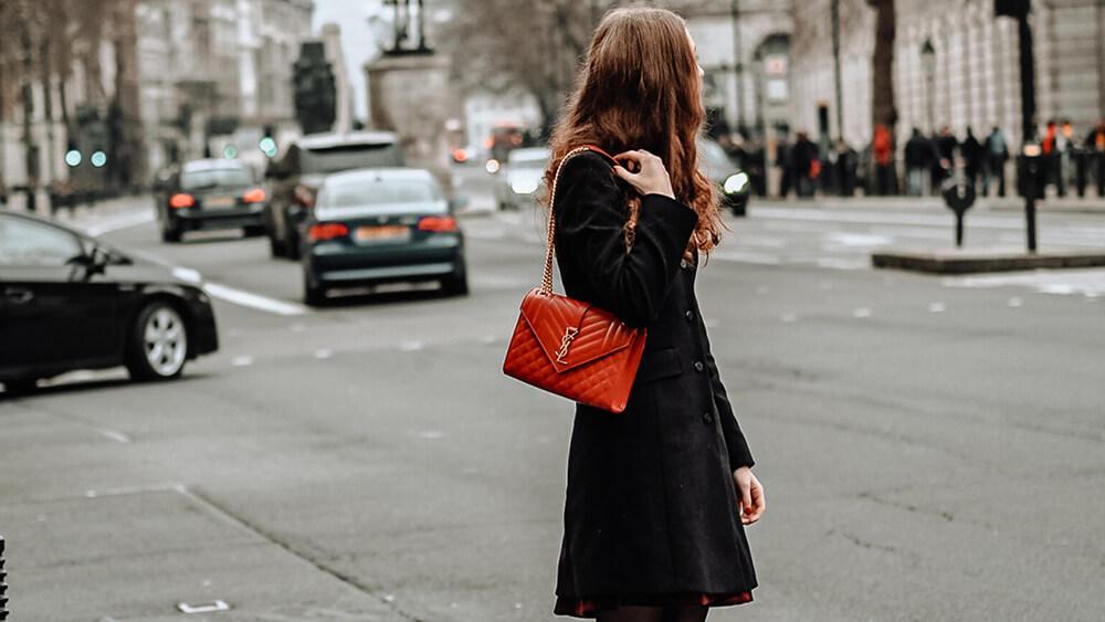 赤いバッグを持った女性