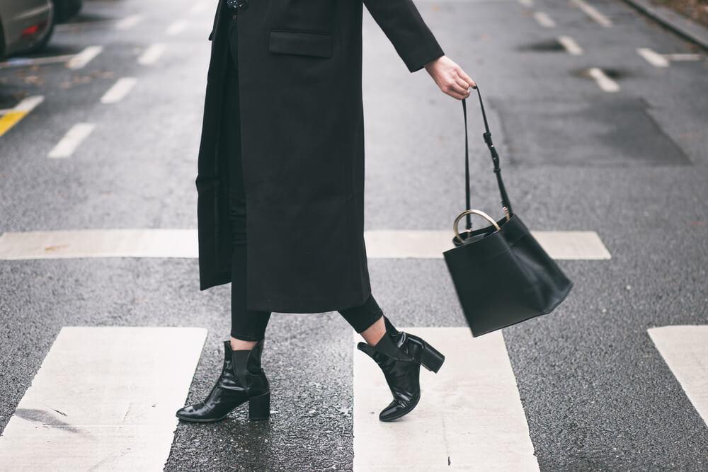 黒のバッグを持つ女性
