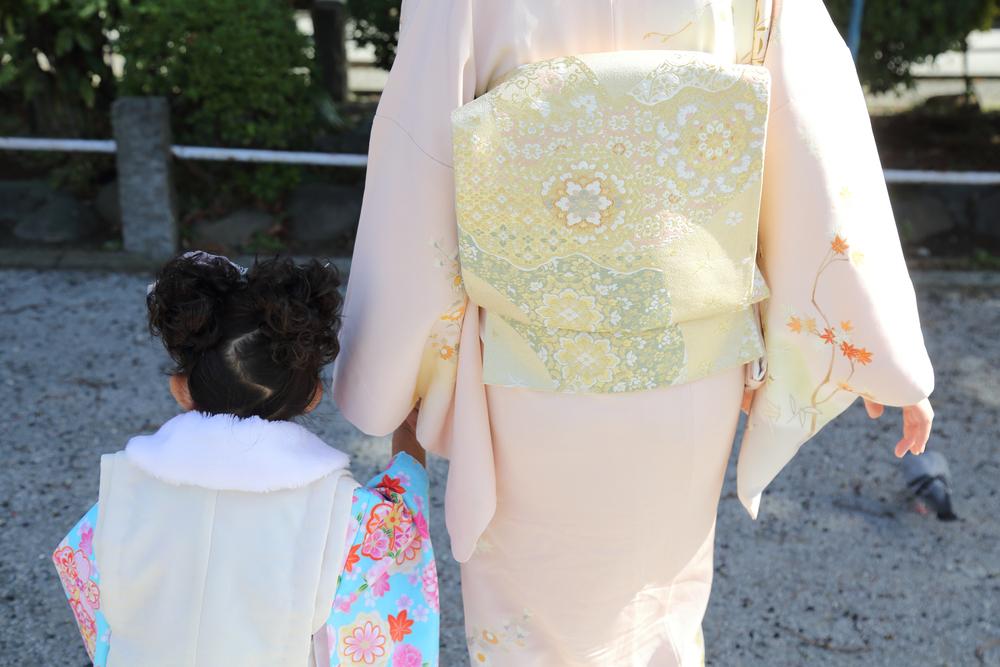 桜色の着物の女性と子ども