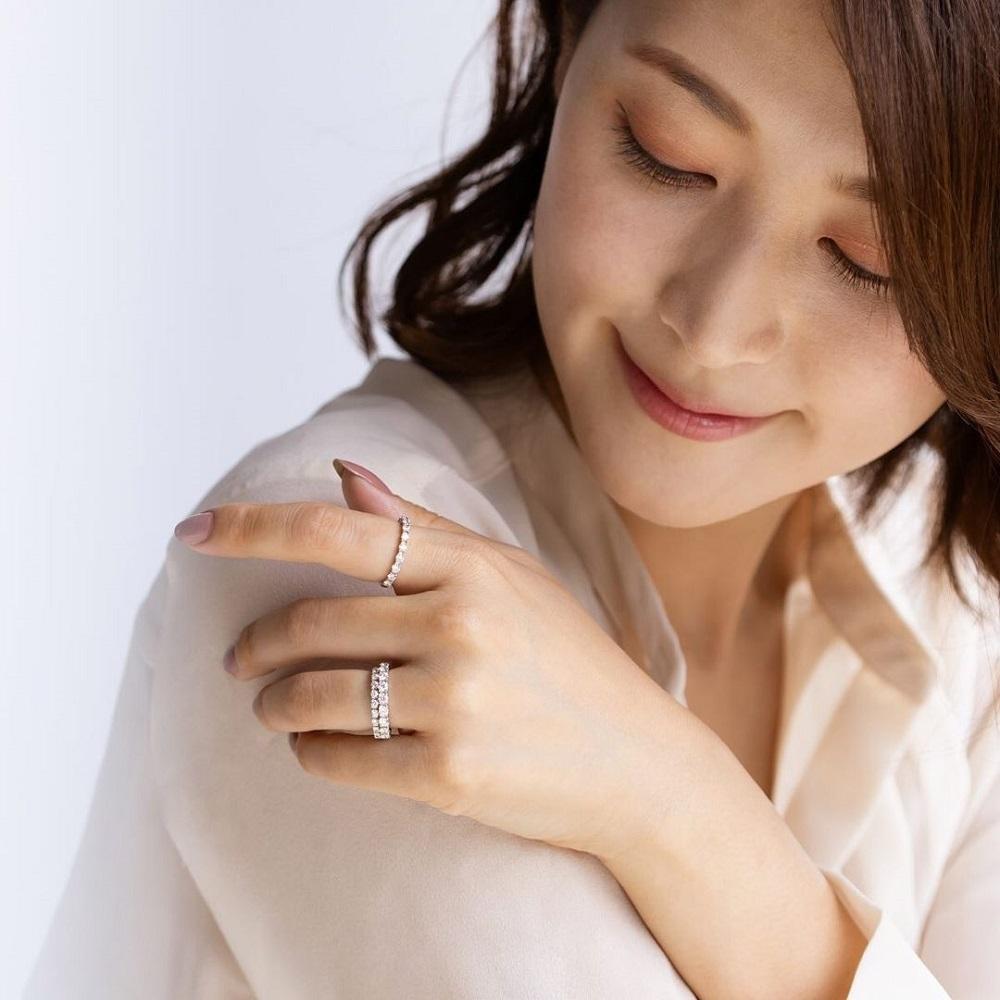 4℃の指輪を着ける女性