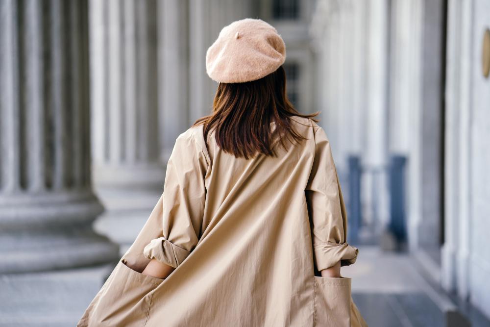 ベージュのコートをおしゃれに着こなす女性