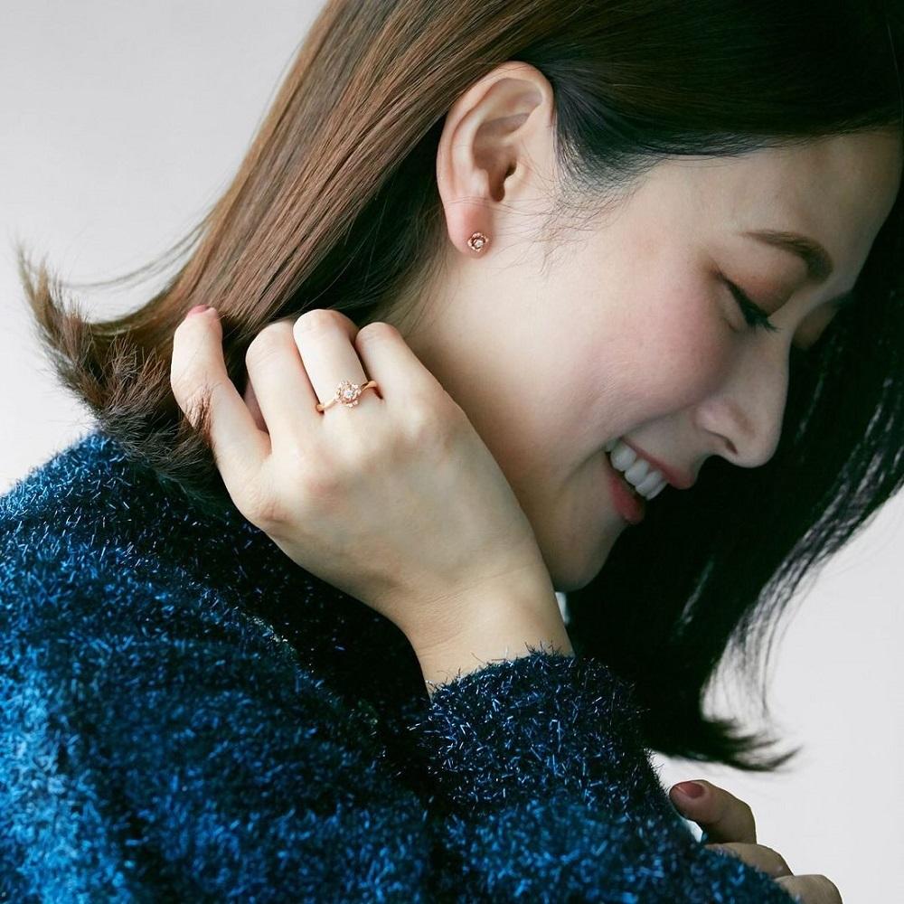 4℃のピアスと指輪をする女性