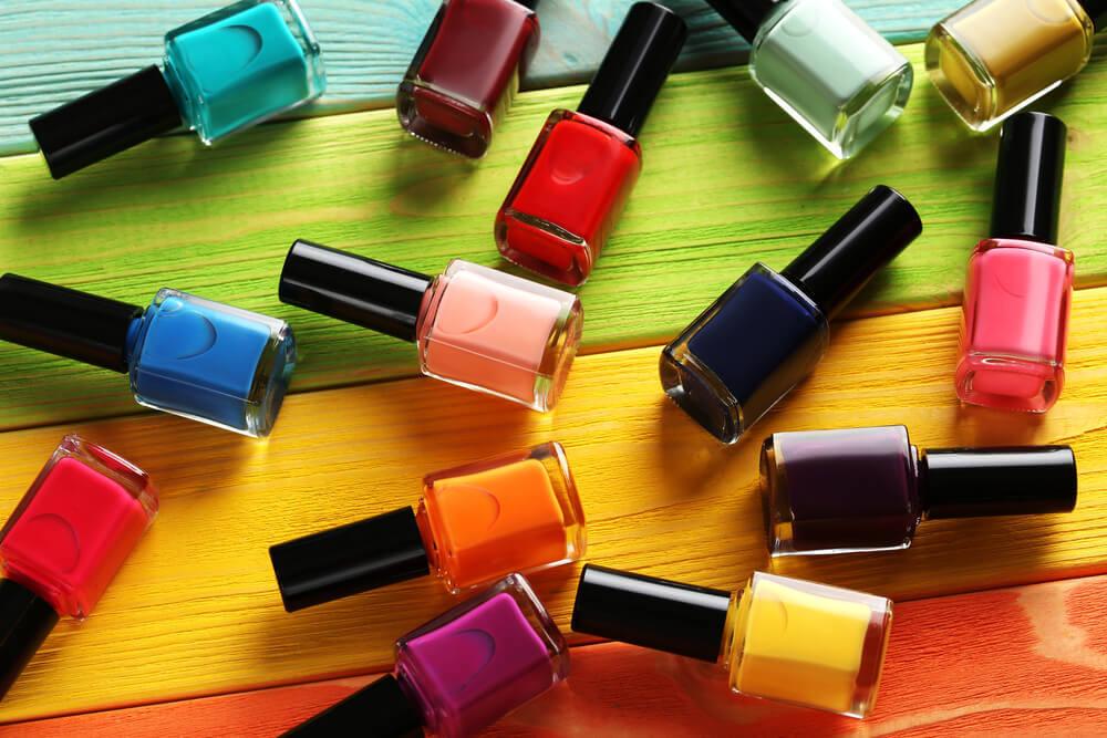 さまざまな色のネイルポリッシュ